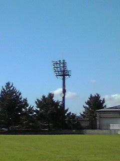 横浜の青空海の公園サッカー場